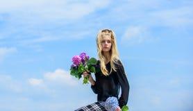 Букет цветков гортензии владением фотомодели девушки нежный Весна тенденции моды Индустрия моды и красоты Весна встречи стоковые фото