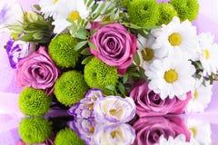 Букет роз цветков розовых, белых хризантем с зелеными листьями на белой конце изолированном предпосылкой вверх стоковое фото rf