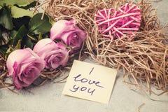 Букет розовых роз, сердца и примечания с надписью я тебя люблю на концепции таблицы- любов и заботы стоковые изображения