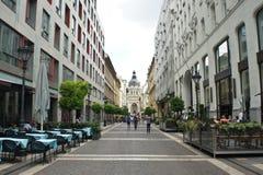 Будапешт Венгрия - 15 07 2015: Взгляд улицы Zrinyi Utca и базилики St Stephen s стоковые фото