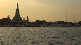 Буддийский висок Wat Arun на заходе солнца bangkok Таиланд сток-видео