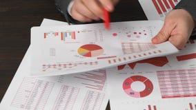 Бухгалтер бизнесмена используя калькулятор для высчитывать финансы на офисе стола Отчеты о концепции финансового учета дела красн видеоматериал