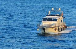 Быстрая моторка на открытом море стоковая фотография