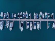Быстроходный катер пристани Серия Марины Это обычно самые популярные туристические достопримечательности на пляже Яхта и парусник стоковые изображения