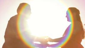 Брюзгливые пары держа руки, на открытом воздухе романтичную дату, проблему тучности, привязанность стоковое фото