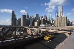 Бруклинский мост и желтая кабина стоковые изображения