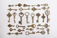 Бронзовые винтажные богато украшенные ключи на белой предпосылке стоковое изображение rf