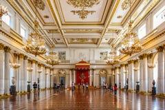 Богато украшенный интерьер имперской комнаты трона в музее изобразительных искусств обители государства и культуры в Санкт-Петерб стоковые фото