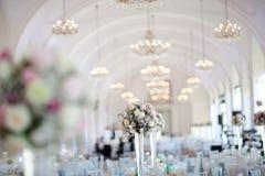 Большая зала свадьбы хорошо украшенная в пастельных цветах - люстрах на вольтижировать стоковые фотографии rf