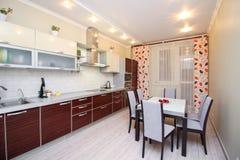 большая красивая современная светлая кухня stock images