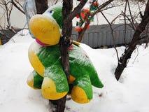 Большая мягкая игрушка на дереве стоковая фотография rf