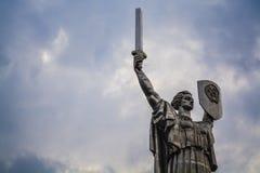Большая статуя родина в Киеве, Украине Историческое визирование СССР голубое небо стоковые изображения