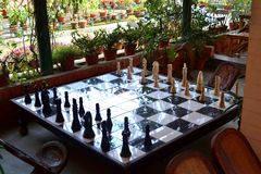Большая шахматная доска сделанная древесиной стоковое изображение rf