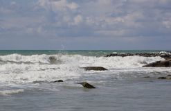 Большие волны свертывают на береге стоковые фотографии rf