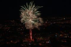 Большие фейерверки над городом к ночь стоковые изображения