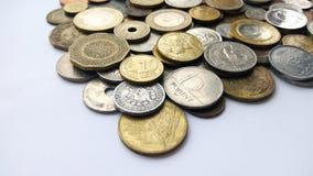 Большое количество монеток старых денег различных стран и предпосылки времен стоковая фотография rf