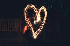 Большое сердце придаватьое заостренную форму с бенгальским огнем стоковые изображения rf