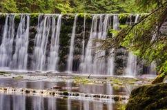 Большой водопад на реке горы в лесе стоковые изображения