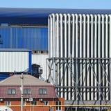 Большой завод для обрабатывать металлолом стоковые изображения rf