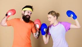 Боль временна, гордость вечность Тренировка с тренером Счастливая женщина и бородатая разминка человека в спортзале sportswear др стоковые изображения rf