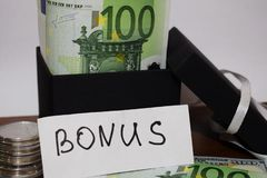 Бонус надписи, создание программы-оболочки подарка с банкнотами евро стоковая фотография rf