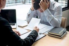 Босс работодателя отправляя письмо вознаграждения в бизнесмена для того чтобы уволить контракт, изменяя и отказывая от концепции  стоковая фотография