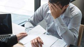 Босс работодателя отправляя письмо вознаграждения в бизнесмена для того чтобы уволить контракт, изменяя и отказывая от концепции  стоковое фото rf