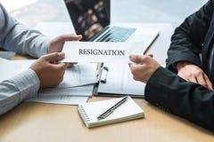 Босс работодателя отправляя письмо вознаграждения в бизнесмена для того чтобы уволить контракт, изменяя и отказывая от концепции  стоковые изображения rf