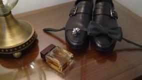 Ботинки, bowtie, духи и запонки для манжет человека акции видеоматериалы