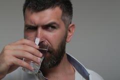 Бородатая вода питья человека стоковые изображения rf