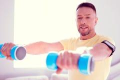 Бородатый зрелый человек делая спорт утра пока работающ на его мышцах стоковые изображения rf