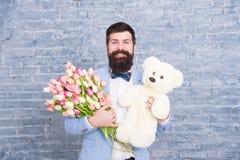 Бородатый человек с подарками день женщин Подарок весны Бородатый хипстер человека с цветками абстрактная дата пар птиц цветет вл стоковое фото