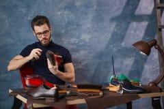 Бородатое cobber делая роскошную обувь стоковые фото