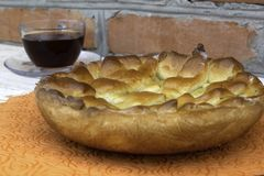 Варенье Яблока заполненное с вареньем вишни и грецкого ореха и стеклянной чашкой чаю на деревянном столе стоковая фотография rf