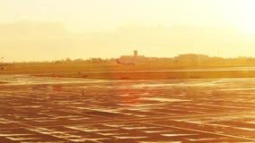 ВАРШАВА, ПОЛЬША - 14-ОЕ АПРЕЛЯ 2017 Небольшой коммерчески самолет ездя на такси в аэропорте на заходе солнца съемка 4k акции видеоматериалы