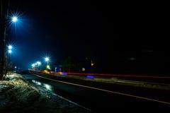 Великолепное встряхивание свет светов автомобиля в вечере на шоссе со звездами уличных светов стоковые фото