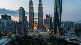 Величественный взгляд Башен Близнецы Petronas во время голубого захода солнца часа с драматическим небом Башни Близнецы Petronas  видеоматериал
