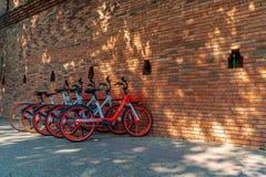 Велосипеды припаркованные на воротах Thapae Чиангмая стоковые изображения rf
