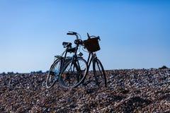 Велосипеды припаркованные на скалистом пляже Солнечный день с концепцией велосипеда Воссоздание и спорт с велосипедами стоковые фото