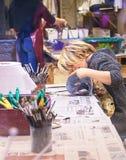 ВЕНЕЦИЯ, ИТАЛИЯ - 02 23 2019: Счастливая сторона рук мальчика с маской масленицы традиции Венеции, картиной, делая маски во время стоковое фото rf