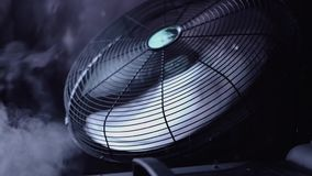 Вентилятор дует дым на этапе сток-видео