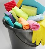 Ведро с инструментами для очищать квартиру или офис Никто на фото стоковые фотографии rf