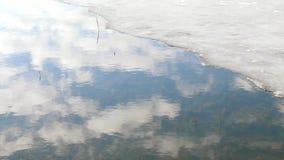 Весна Вода и льдед Небо отражено в воде акции видеоматериалы