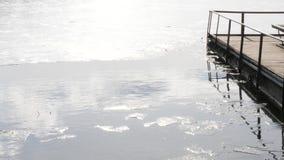 Весна Вода и льдед Небо отражено в воде видеоматериал