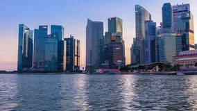 Вечер в Сингапуре и освещает контржурным светом  видеоматериал