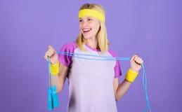 Веревочка владением девушки скача носит яркие wristbands красивейшая потеря принципиальной схемы живота над женщиной веса белой Ж стоковые изображения