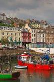 Вертикальное изображение старых иконических традиционных shophouses портового района с красным сосудом на Cobh, Ирландской Респуб стоковое фото rf