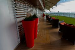 Верхняя палуба и высокорослые красные баки на борту круиза затмения знаменитости стоковое изображение