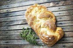 Верхняя съемка, конец вверх свежего испеченного домодельным хлебца заплетенного vegan на деревянной, деревенской предпосылке табл стоковое изображение rf