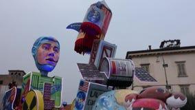 ВЕРОНА, ИТАЛИЯ МАРТ 2019: колесницы и маски проходят парадом во время масленицы города Вероны в марте 2019 Парад через центр горо сток-видео